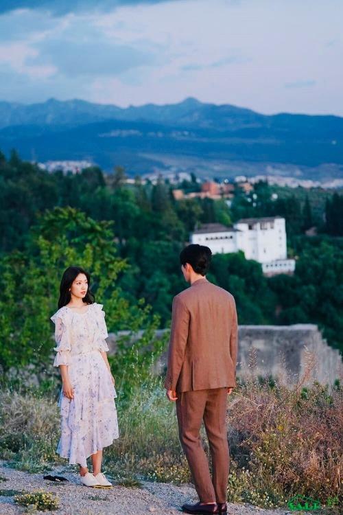 Memories Of The Alhambra xoanh quanh Yoo Jin Woo (Hyun Bin),  một người có tài năng bẩm sinh trong việc phát minh ra các trò chơi.  Trong một chuyến công tác đến Granada, Tây Ban Nha, anh ở lại một nhà  trọ cũ do Jung Hee Joo (Park Shin Hye) quản lý. Ở đó, Yoo Jin Woo bị mắc  kẹt vào một câu chuyện lạ lùng có liên quan đến một trò chơi ảo.