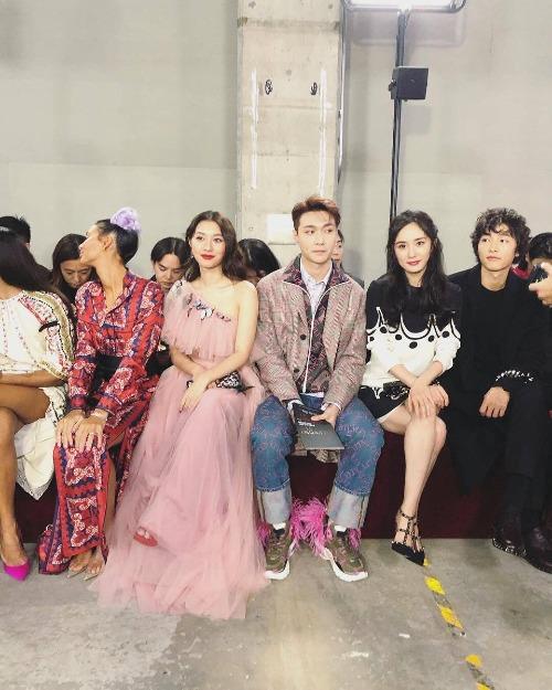 Bên cạnh Song Joong Ki, sự kiện tối qua còn có sự góp mặt của những ngôi sao châu Á khác nhưnữ diễn viên Mew Nittha Jirayungyurn (Thái Lan), Lay (EXO) và Dương Mịch.