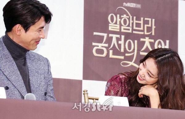 Giây phút nhìn nhau trìu mến một cáchđáng ngờ của Park Shin Hye và Hyun Bin.