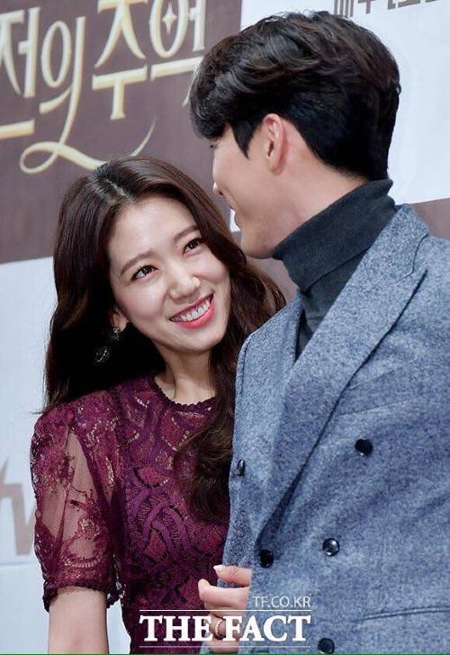 Ánh mắt rạng ngời niềm vui của Park Shin Hye khi nhìn Hyun Bin khiến các fan bấn loạn.