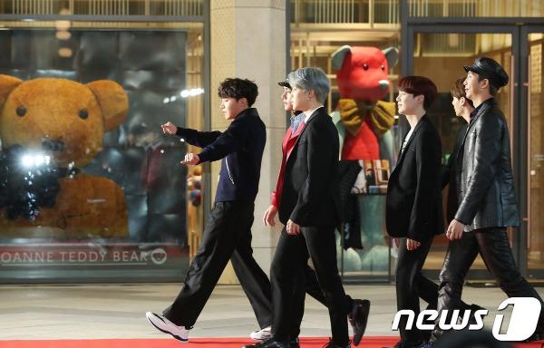 1 giờ chiều (giờ địa phương), sự kiện thảm đỏ của lễ trao giải Asia Artist Awards 2018 (AAA 2018) đã chính thức diễn ra tại nhà thi đấu Gymnastics Stadium, Incheon.