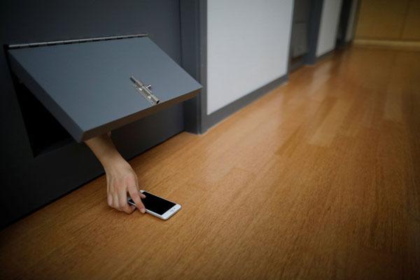 Tù nhân không được phép sử dụng điện thoại và trao đổi trò chuyện với nhau.