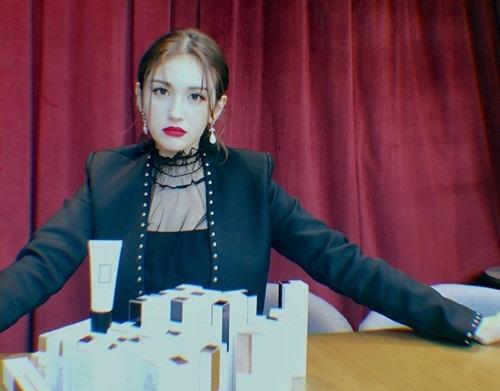 Somi theo đuổi style kiểu Âu Mỹ với vẻ đẹp trưởng thành, cuốn hút.