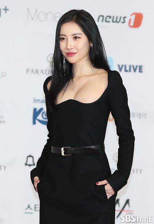 Nhiều báo Hàn nhận xét đây là trang phục gây sốc nhất từ trước đến nay của Sun Mi vì khoe vòng một quá táo bạo.