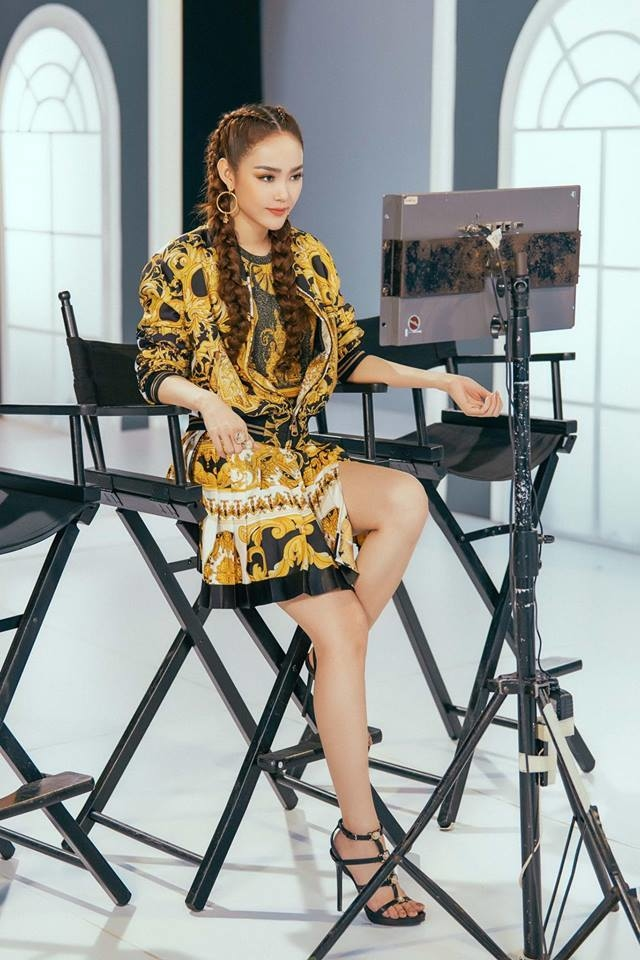 <p> Trong tập 6, Minh Hằng diện đầm ngắn, họa tiết baroque màu vàng - đen đặc trưng của Versace. Cô chọn kiểu tóc tết để trở nên cá tính, khác biệt.</p>
