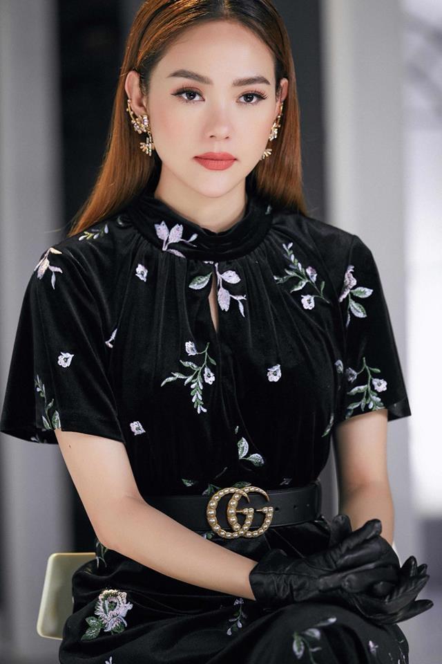<p> Váy hoa của Dsquared2 được Minh Hằng chọn để mix cùng phụ kiện găng tay da, thắt lưng Gucci và bông taiElie Saab.</p>