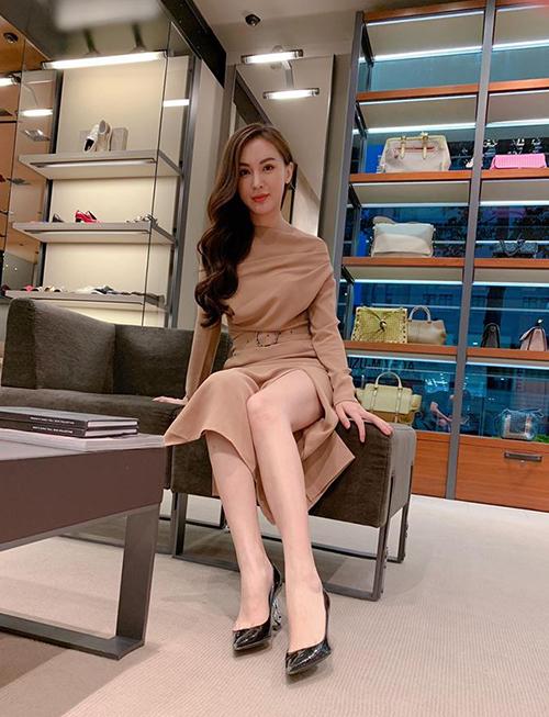 Kelly Nguyễn sang chảnh khi đi mua sắm.