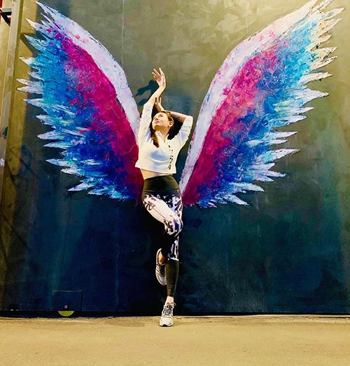 Võ Hoàng Yến tạo dáng như thiên thần.