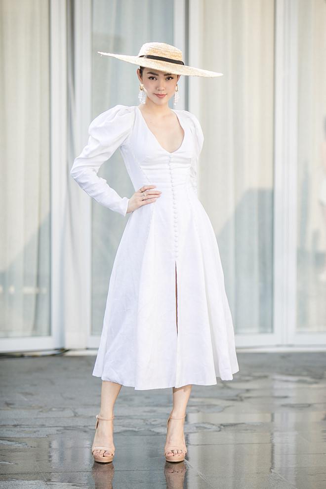 <p> Theo nhiều khán giả, những bộ trang phục nhẹ nhàng, nữ tính phù hợp với Minh Hằng hơn cả. Trong hình, cô diện đầm trắng thanh lịch cùng mũ rộng vành và giày cao gót tone nude hợp rơ.</p>