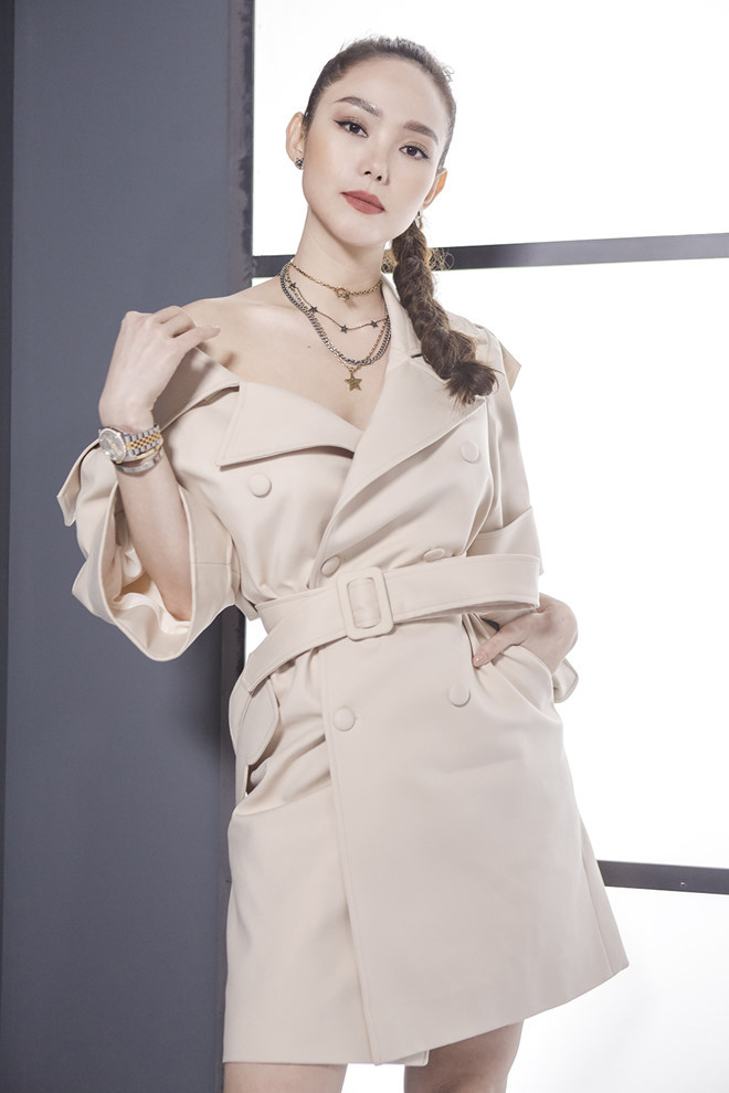 <p> Thiết kế gam màu beige nhã nhặn phù hợp với nước da trắng của Minh Hằng. Cô phá bỏ phom dáng thanh lịch của thiết kế và kéo hờ cổ áo xuống để khoe xương quai xanh gợi cảm. Phụ kiện vòng cổ, hoa tai của Dior, Louis Vuitton tạo điểm nhấn cho trang phục.</p>