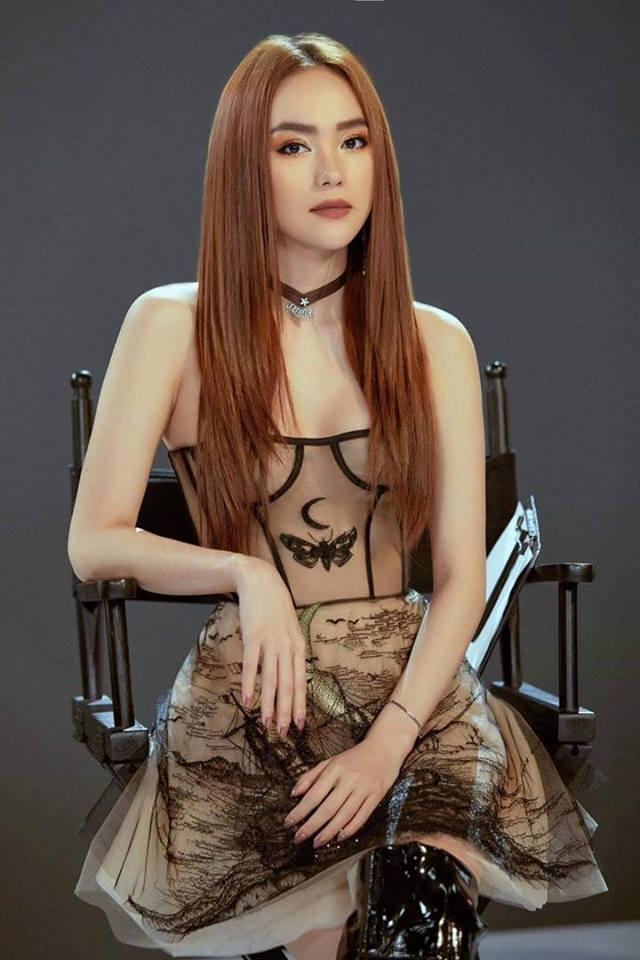 <p> Mẫu đầm cúp ngực của NTK Trần Hùng mà Minh Hằng diện từng được Phạm Hương diện trước đó không lâu.</p>