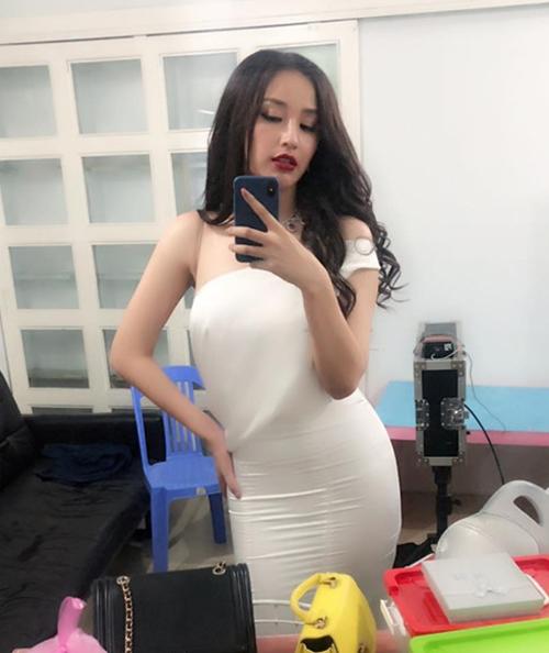 hoa hậu Mai Phương Thúy tiết lộ cân nặng hiện tại của cô là 70 kg, vòng một chạm ngưỡng 95 cm. Biểu hiện rõ rệt nhất là ở vòng eo, bắp tay kém thon và vòng ba của cô căng tròn đáng kể. Trên trang cá nhân, cựu Hoa hậu Việt Nam liên tục than thở về việc tăng cân mất kiểm soát của mình. Chỉ sau 12 năm đăng quang, cô đã tăng lên khoảng 10 kg.