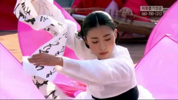 Ha Ji Won gặp nhiều thử thách khi thể hiện vai Hwang Jin Yi bởi có nhiều cảnh múa hát.