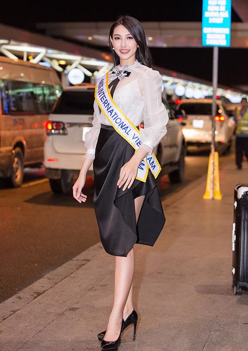 Có người đẹp còn đầu tư thay đến 3 bộ trang phục ở sân bay như Thùy Tiên. Lên đường đến Nhật Bản thi Miss International 2018, cô diện bộ đầm khá điệu đà kết hợp giày cao gót ra sân bay Tân Sơn Nhất.