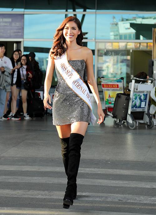 Các người đẹp khi đại diện Việt Nam đi thi quốc tế đều đầu tư rất kỹ lưỡng cho khoản trang phục, một phần quan trọng trong đó là diện mạo ở sân bay. Lúc ra sân bay lên đường đi Ba Lan để tham dự Miss Supranational 2018, Minh Tú diện bộ đầm quây khoe ngực rất quyến rũ.