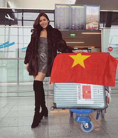 Tuy nhiên vừa xuống sân bay, người đẹp liền khoác chiếc áo lông ấm áp và sang chảnh để phù hợp thời tiết và chụp hình check-in.
