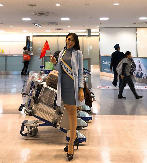 Vừa xuống sân bay Nhật Bản, Thùy Tiên lại quay về với diện mạo đầy chuyên nghiệp cùng giày cao gót và váy áo thanh lịch để chụp hình cùng các thí sinh khác.