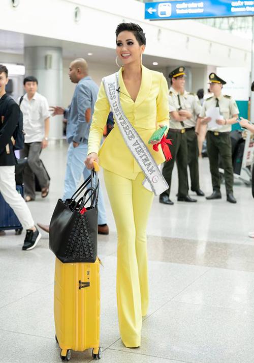 Sáng 29/11, HHen Niê có mặt ở sân bay Tân Sơn Nhất để sang Bangkok tham dự Miss Universe 2018. Người đẹp gây chú ý khi khoe làn da nâu với cây suit màu vàng chói. Thiết kế ôm sát cùng quần ống loe giúp HHen Niê thêm phần mảnh mai, gợi cảm. Ở sân bay, người đẹp thân thiện giao lưu cùng người hâm mộ, chụp ảnh lia lịa cùng trang phục này.