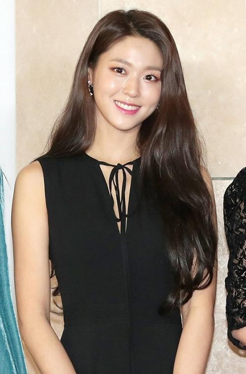 Seol Hyun xuất hiện xinh đẹp trên thảm đỏ của AAA 2018.