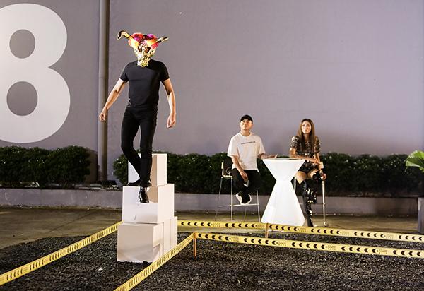 Ngay cả với những người mẫu chuyên nghiệp, việc phải catwalk trong điều kiện đánh đố với các chướng ngại vật như vậy cũng không hề dễ dàng.