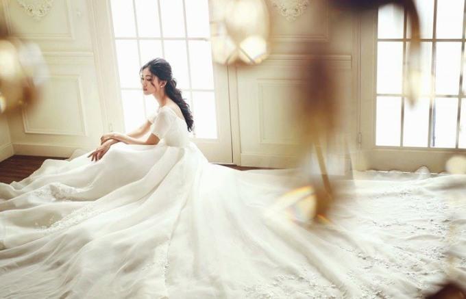 <p> Chiếc đầm cưới thứ hai được Thanh Tú sử dụng để chụp ảnh kỷ niệm. Đây là mẫu váy được làm thủ công hoàn toàn.</p>