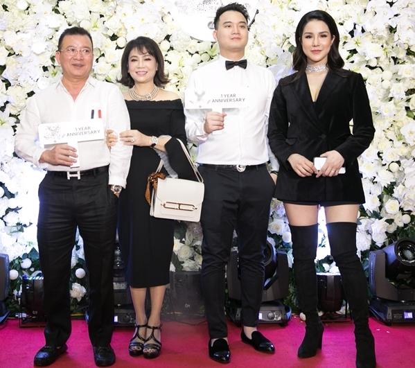 Hộ tống cô tại sự kiện là chồng trẻ và bố mẹ chồng. Diệp Lâm Anh cho biết cô không phải ở cữ nhiều sau khi sinh. Vì sinh thường nên sức khỏe tốt. Gia đình nhà chồng cũng tạo điều kiện để cô thỏa đam mê kinh doanh của mình.