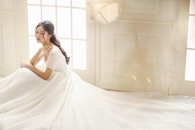 <p> Phần thân trên của váy tạo kiểu ôm sát, phần tùng váy xòe rộng tôn lên vóc dáng mảnh khảnh cùng chiều cao 1,81 m của Á hậu sinh năm 1994.</p>