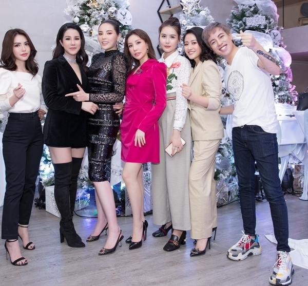 Đến chung vui cùng với Diệp Lâm Anh có hội bạn thân thiết gồm Kỳ Duyên, Hà Lade, Hoa hậu Lam Cúc, Stylist Mạch Huy... Họ là những người bạn thường xuyên hẹn hò, đi du lịch cùng nhau.