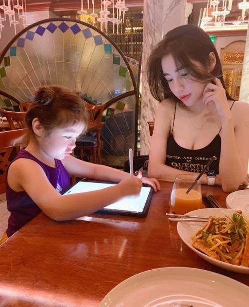 Elly Trần chăm chú dõi theo con gái học bài.