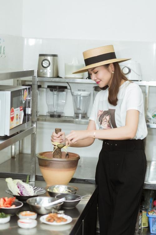 Thanh Hằng làm gái đảm khi vào bếp chế biến món ăn.