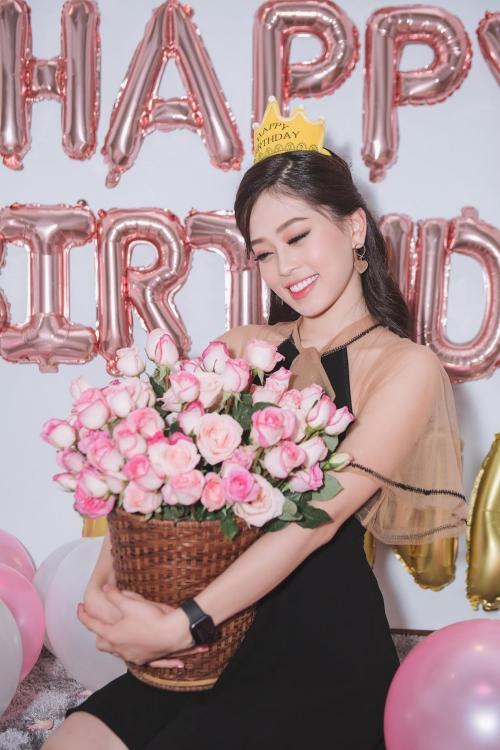 Á hậu Phương Nga hạnh phúc vì được bạn bè tổ chức sinh nhật muôn.