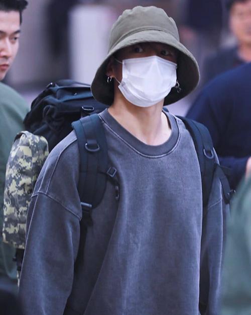 Em Jung Kook luôn vác theo balo to đùng như đi cắm trại ra sân bay. Anh chàng là nam idol có phong cách tối giản, xuề xòa bậc nhất Kpop.