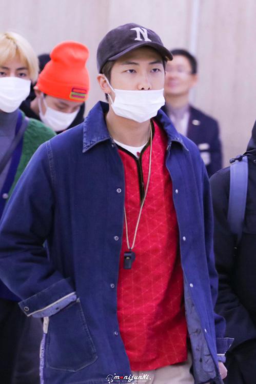 RM vẫn trung thành với phong cách daddy cổ điển. Trưởng nhóm BTS gây chú ý khi đeo một chiếc còi.