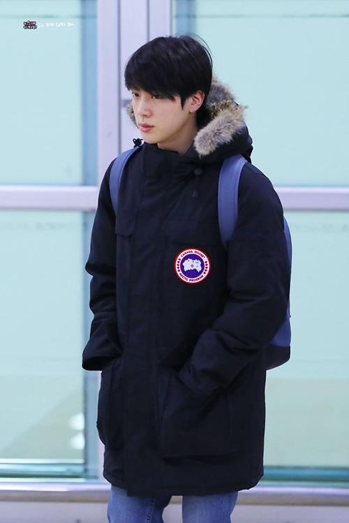 Áo phao luôn là item không thể thiếu ở Hàn trong mùa đông vì sản phẩm này giúp giữ ấm. Jin đốn tim fan với hình ảnh trẻ trung như sinh viên đại học.