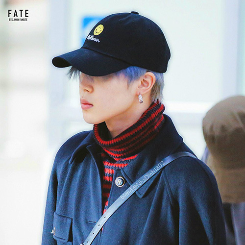 Jin nổi bật với mái tóc xanh. Các idol nam xứ Hàn chuộng bông tai to bản, điệu đà không kém phái nữ.