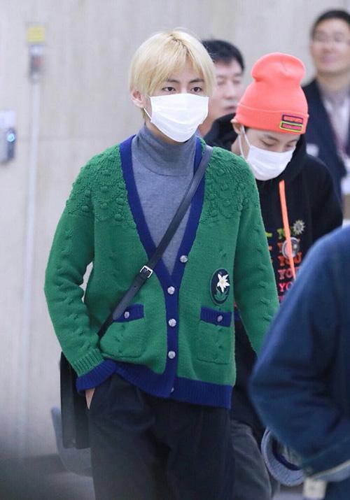 Trái ngược với Jung Kook, V là người rất chú tâm chọn đồ ra sân bay, thường xuyên mặc hàng hiệu đắt đỏ.