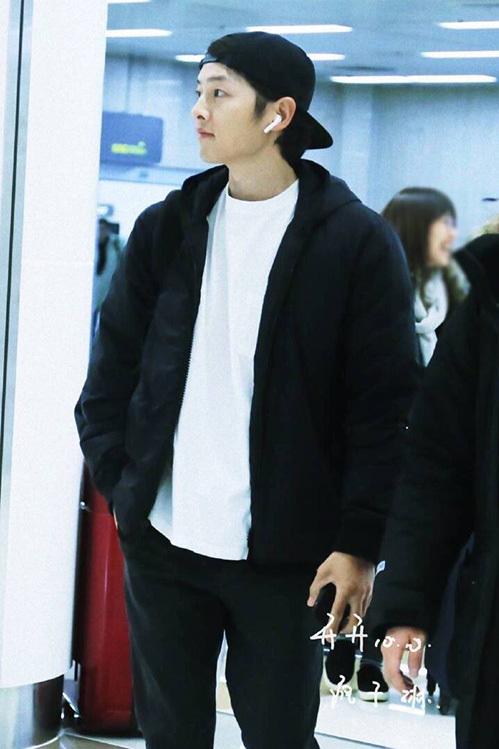Sau khiểu tóc xoăn dìm nhan sắc ở sự kiện, Song Joong Ki đã lấy lại phong độ với trang phục đen trắng, mũ đội ngược nam tính.