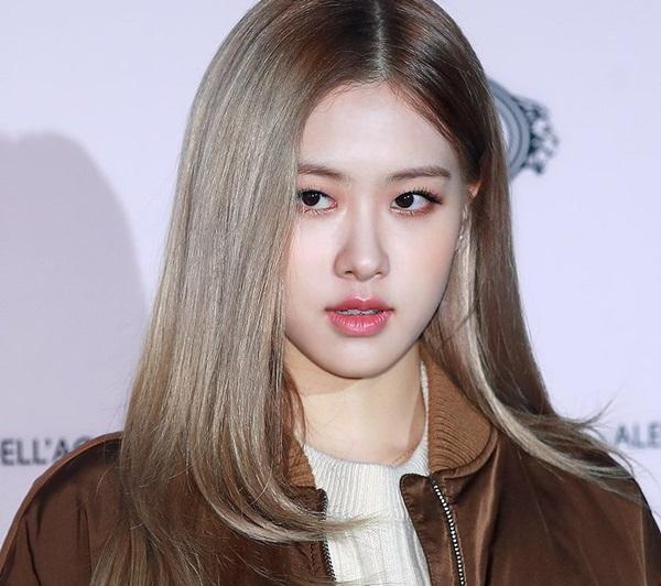 Nhiều fan cho rằng bước sang năm 2019, Rosé cần thay đổi kiểu tóc, cách trang điểm để hình ảnh cá tính hơn, đậm chất girlcrush hơn.