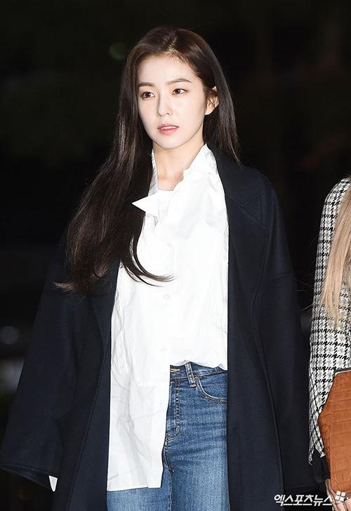 Irene đẹp nao lòng với tông trang điểm nhẹ nhàng trên đường đi làm.