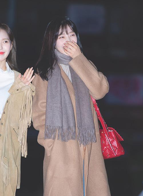 Fanboy của Joy cũng có mặt và cổ vũ hết mình cho nữ ca sĩ. Thành viên Red Velvet bật cười thích thú khi nghe thấy giọng hét khủng của fan cuồng.