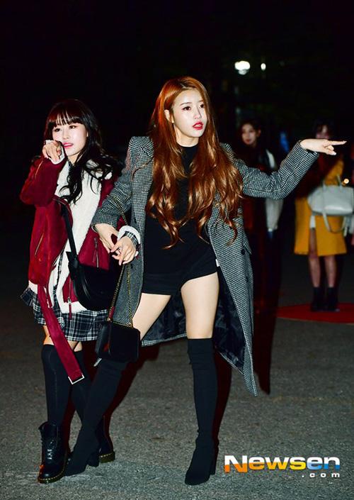 Mi Joo tiếp tục với những pha làm lố khi đến Music Bank. Lần này cô nàng còn lôi kéo Soo Jung cùng thực hiện các động tác khó đỡ.