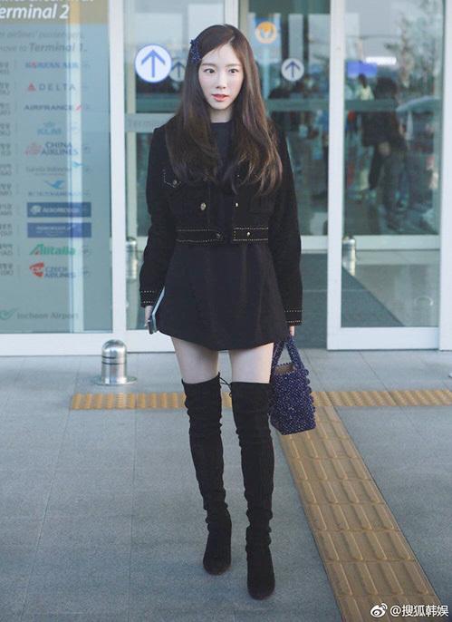 Tae Yeon sang chảnh như một rich kid. Cô nàng 30 tuổi vẫn cute hết nấc với nơ kẹp tóc, khuôn mặt trẻ giống sinh viên.