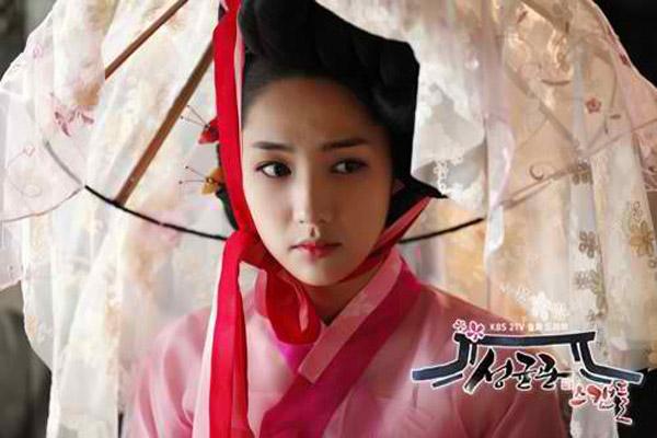 Trong bộ phim Sungkyunkwan Scandal, Park Min Young vào vai Kim Yoon Hee, một cô gái phải giả trai để được theo học tại trườngSungkyunkwan danh tiếng dưới thời Chosun. Cũng tại đây, tình cảm giữa cô và công tử Lee Sun Joon (Yoo Chun) đã bắt đầu nảy sinh. Trong phần lớn thời lượng phim, Park Min Young để phải giả trai nhưng cảnh cô hóa thân thành kỹ nữ để giải cứu bạn mình đã khiến khán giả choáng ngợp.