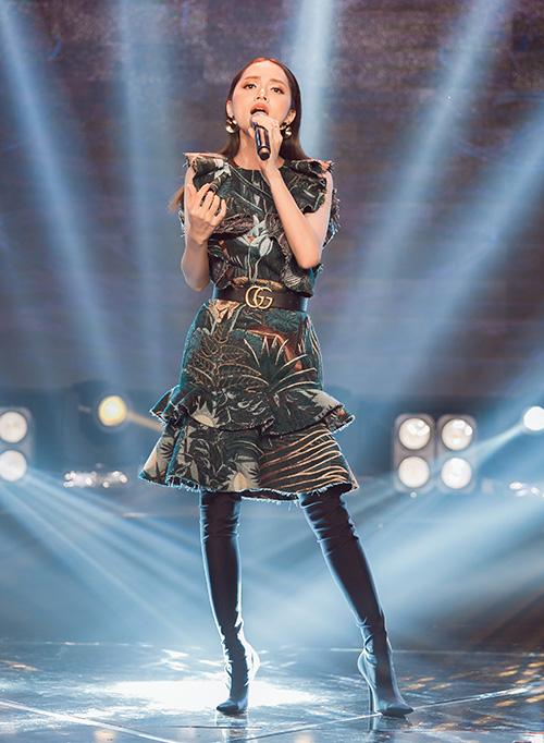 Trong lần xuất hiện mới nhất, Hương Giang diện chiếc váy dài đến gần đầu gối. Cô kết hợp cùng boots cao ngang đùi che kín đôi chân, tạo nên hình ảnh khá kín cổng cao tường. Cách mix đồ này vốn tạo nên tranh cãi trong cộng đồng yêu thời trang.