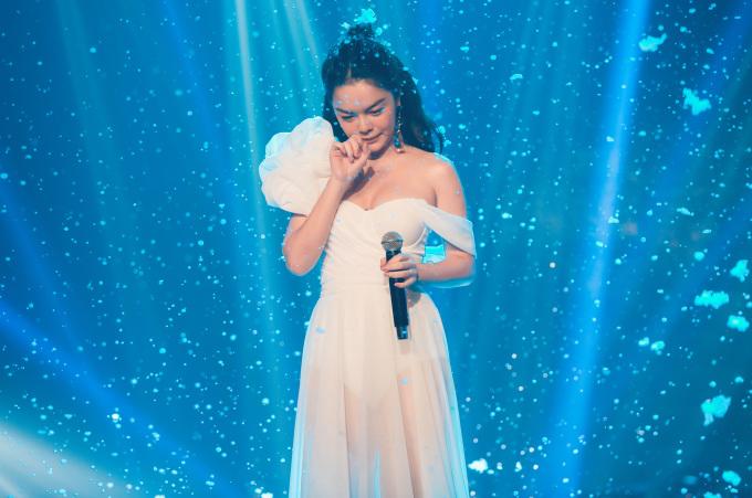 """<p> """"Nữ hoàng nhạc lụi"""" Phạm Quỳnh Anh mang đến bản live đầy xúc động của <em>Tất cả sẽ thay em</em> - ca khúc đã đạt 15 triệu lượt xem trên Youtube. Nữ ca sĩ diện chiếc đầm mỏng như sương gợi cảm, nhập tâm đến rơi nước mắt khi thể hiện ca khúc này.</p>"""