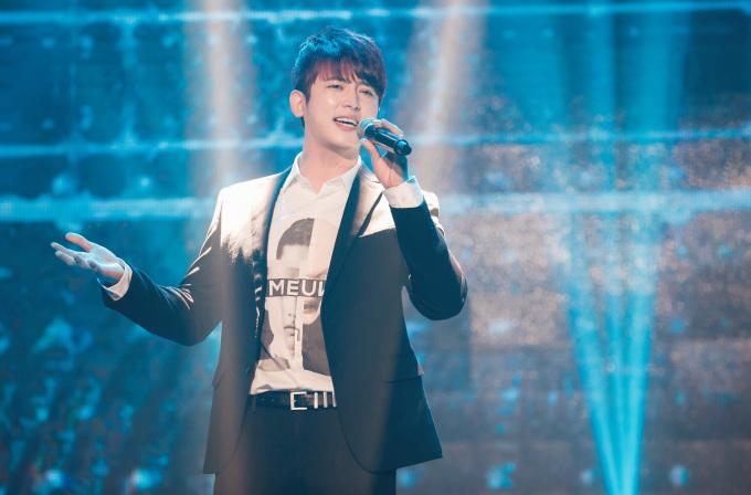 <p> Lần đầu tiên trên sân khấu Làn Sóng Xanh có sự tham gia của một nam idol Hàn Quốc. Ca sĩ Shin Hyun Woo làm dậy sóng khán phòng khi cover <em>Duyên mình lỡ</em> của Hương Tràm trên nền nhạc phối hoàn toàn mới.</p>