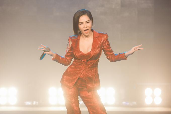 """<p> Sau khi thể hiện xong bản solo <em>Cô ấy sẽ không yêu anh như em</em>, Thu Minh làm """"nổ tung"""" toàn bộ khán phòng khi cùng hòa giọng với khán giả trong bản hit <em>Đường cong</em>.</p>"""