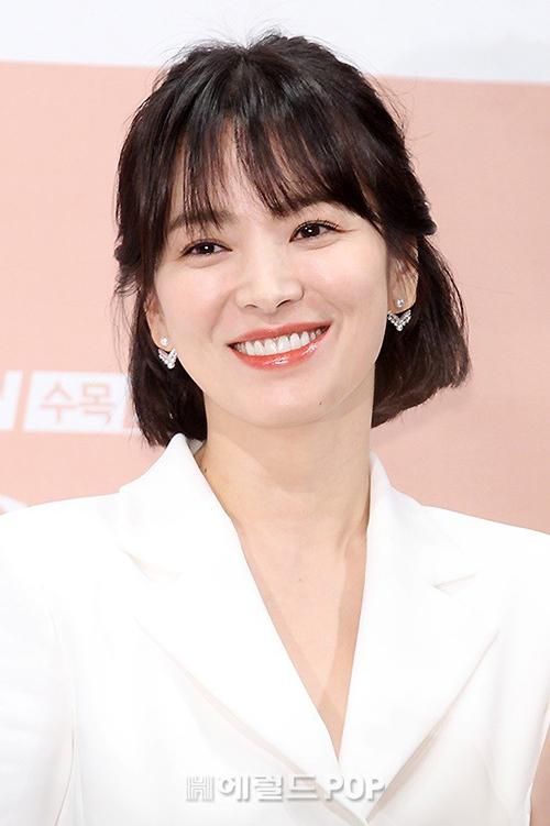 Song Hye Kyo vốn được mệnh danh như nữ thần tóc ngắn. Mỗi lần cắt tóc, cô đều gây thương nhớ với diện mạo tươi trẻ, rạng rỡ.