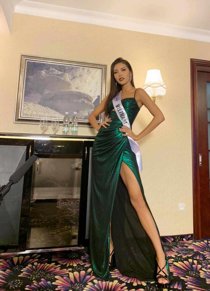 <p> Minh Tú gây bất ngờ khi tái sử dụng chiếc đầm đã cho đại diện Philippines mượn trước đó.Chiếc đầm này được Chung Thanh Phong may riêng cho Minh Tú nên khi diện lên người, nhan sắc 25 tuổi khoe được đường cong cơ thể, nổi bật giữa dàn mỹ nhân của cuộc thi.</p>
