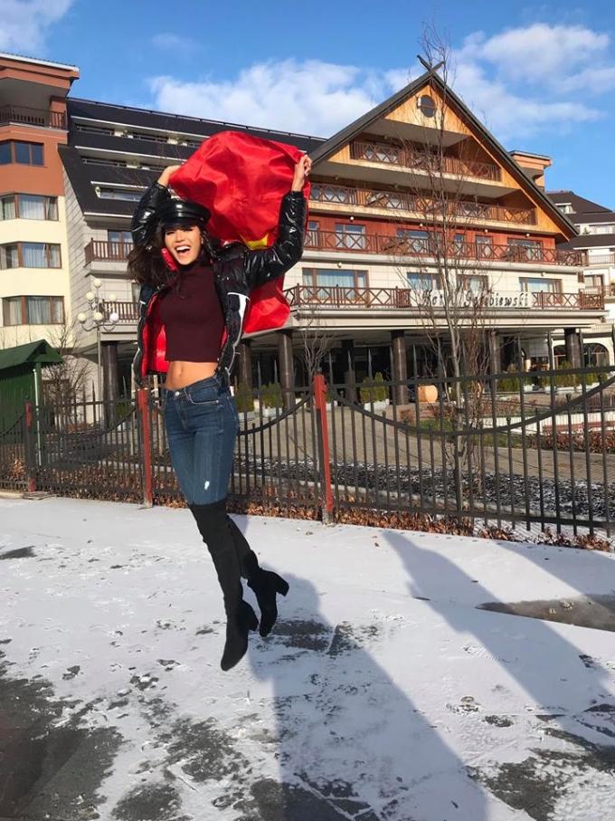 <p> Thời tiết ở Ba Lan luôn dưới 4 độ C nhưng Minh Tú vẫn khoe eo thon bằng cách diện áo crop - top kết hợp quần jeans, áo phao và boots cao cổ.</p>